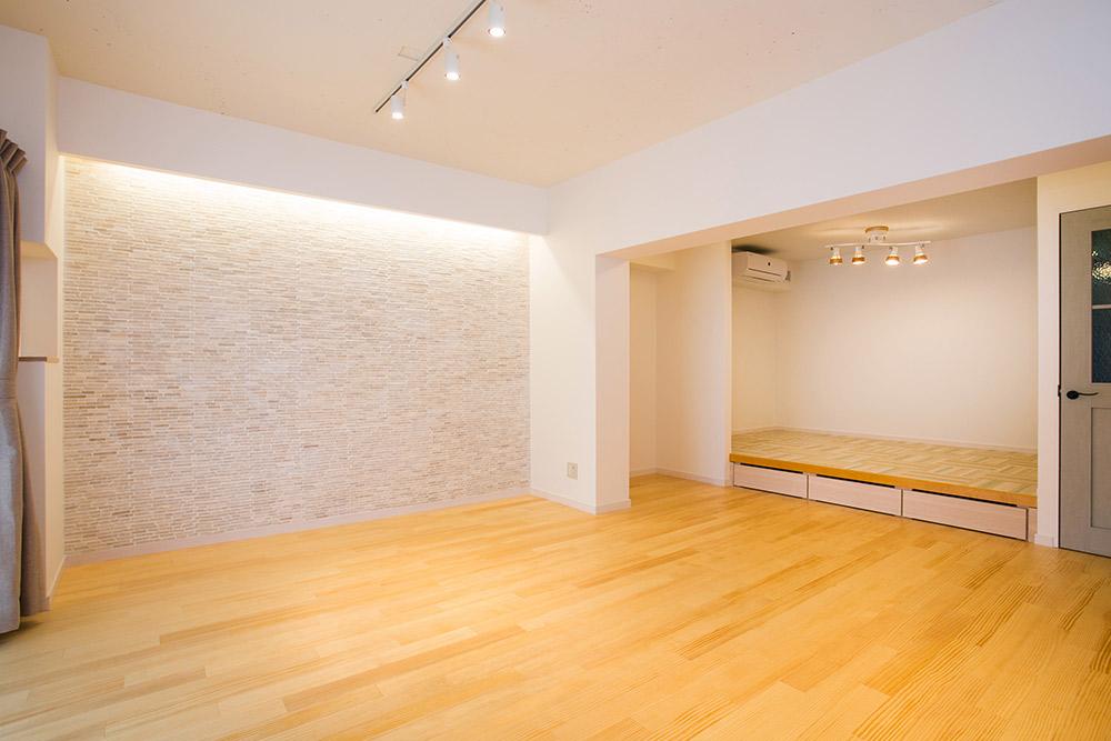 石張りの壁が明るい空間を引き立てます。小上り下には収納スペースも。