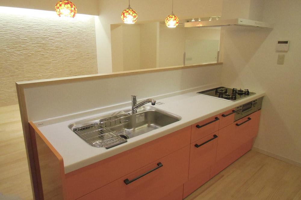 キッチンは大容量の引き出し収納。モザイクタイルの照明がアクセントに。