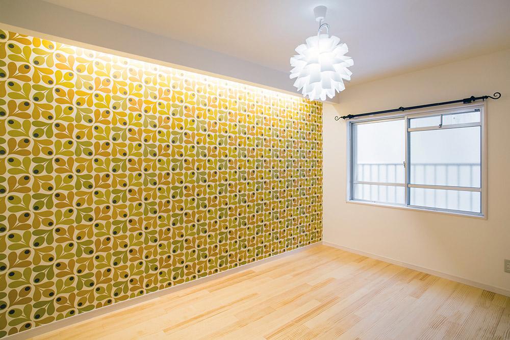 輸入壁紙を大胆に使った洋室は北欧テイストがかわいい空間に。