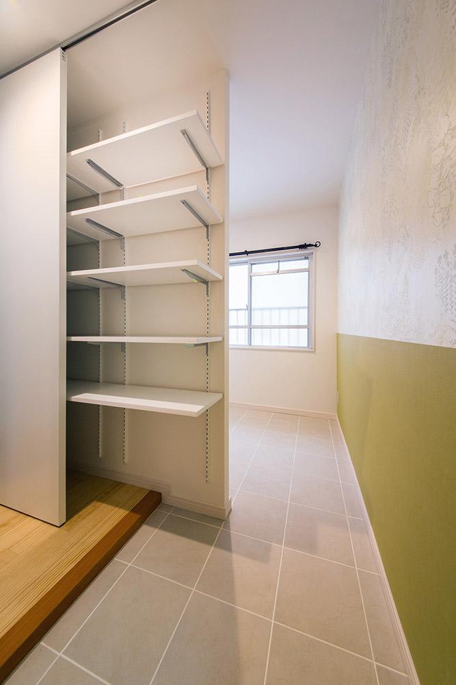 玄関横の土間スペースは、自転車を置いたり、収納空間にしたり、自由な使い勝手です。