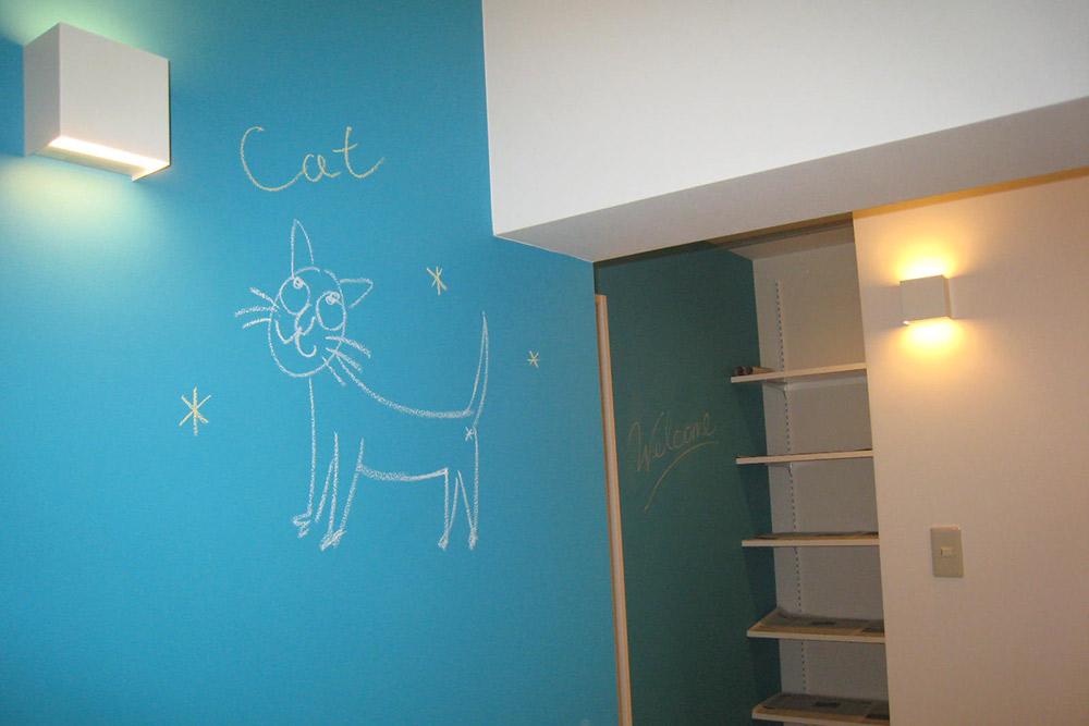 廊下は色鮮やかな黒板塗料の壁に。落書きも楽しめるポップな空間です。