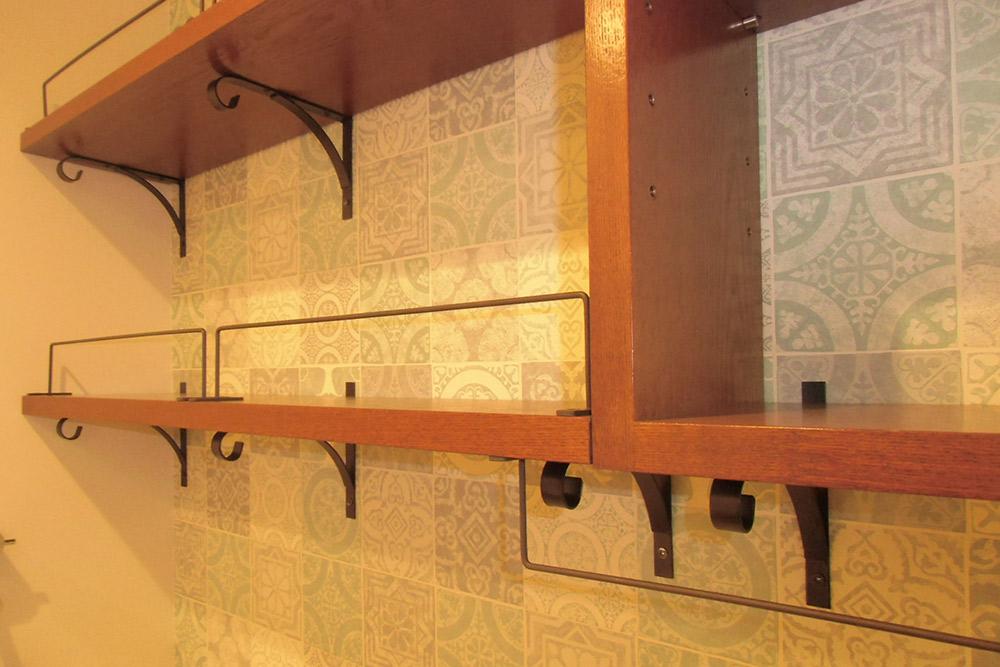 洗面所にはアイアンブラケットがアクセントのオリジナル棚を設置。