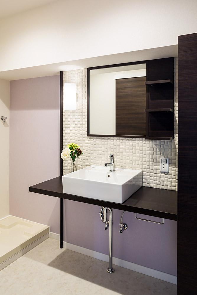 調湿・消臭効果のタイル、エコカラットをあしらった洗面所です。