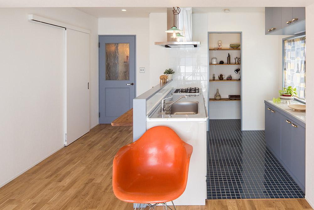 キッチンとその奥のパントリー。ちょっとした空間ですが使い勝手に差が出ます。