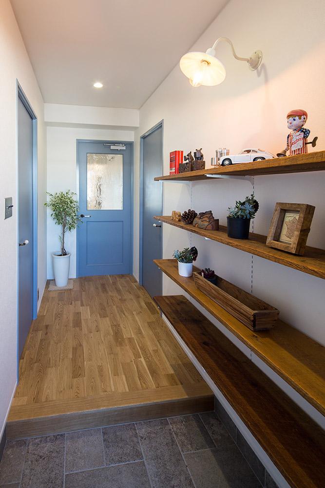 玄関横の靴棚やキッチンカウンターには、オイル仕上げのUS古材を使いヴィンテージ感を高めています。