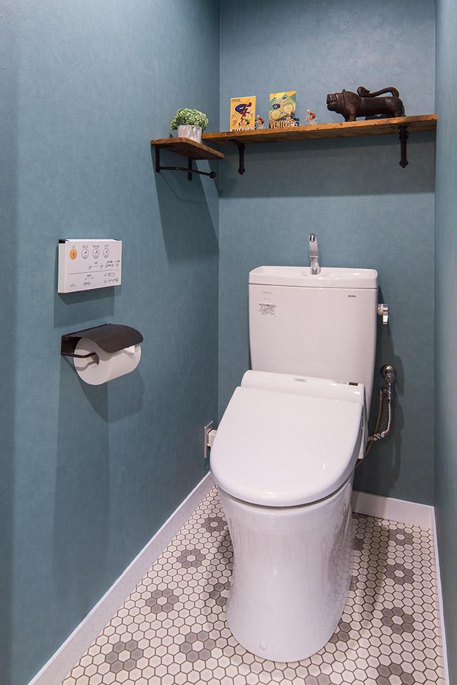 クロスや床CFシート柄、小物のチョイスで、トイレも雰囲気をがらりと変えています。