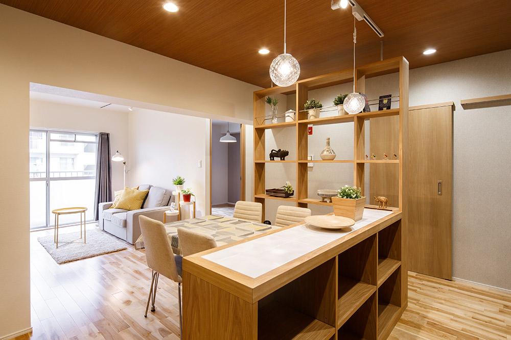 オリジナルカウンター天板にはタイルを張り、熱いものを置いても良い造りに。