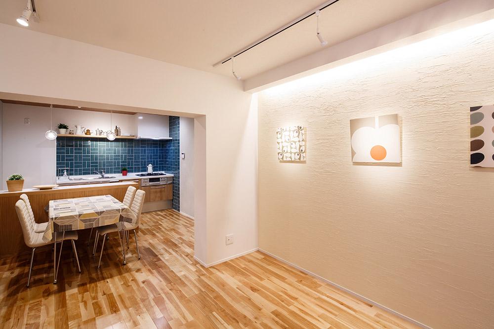 リビング壁は、調湿・消臭効果の高い珪藻土塗です。間接照明でさらに印象深く。