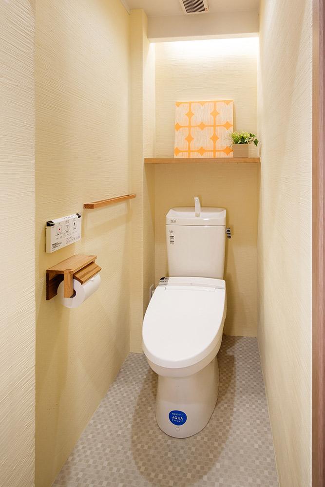トイレ壁にも珪藻土塗装を施し、自然な消臭効果に配慮しています。