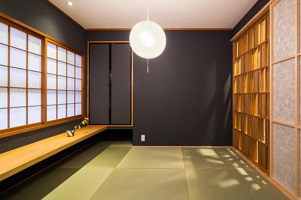 琉球畳と文机のある和室はこの部屋の象徴的なデザインとなっています。