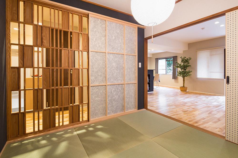 風と光を自在に調整できるオリジナルの木工格子建具が美しい空間を演出します。