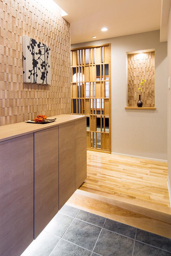 調湿・消臭効果の高いタイル、エコカラットがアクセントとなる玄関です。