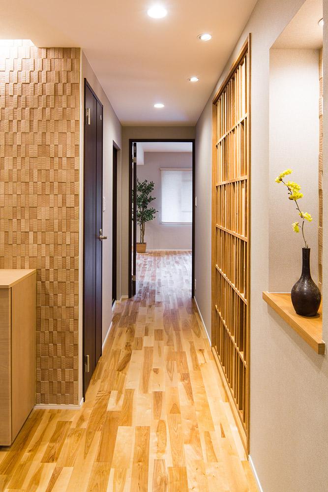 エコカラットの壁面と和室の建具が美しいハーモニーを奏でる通路です。