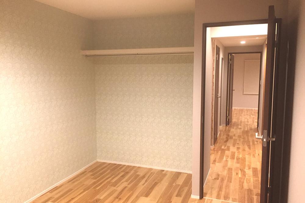 あえてオープンにした上部棚とクローゼットパイプ部分は扉を後付けすることもできます。