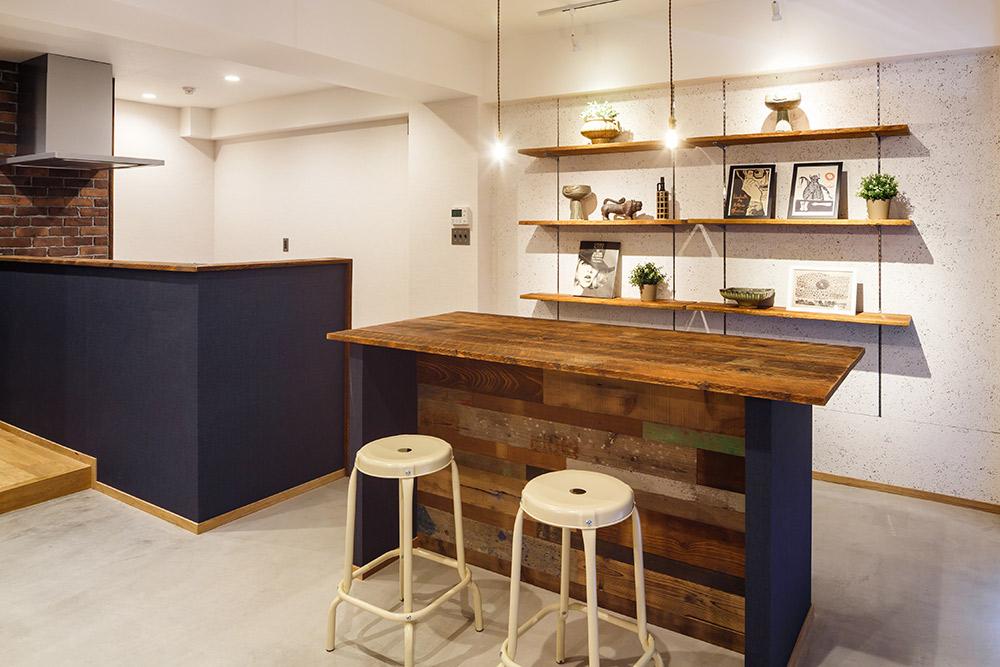 木毛セメント板に、自由に高さを変えられる壁面棚を設置。