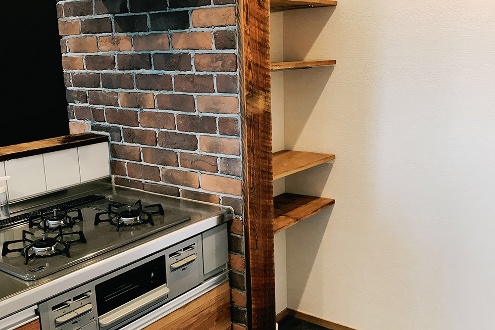 キッチン袖壁奥にミニパントリー棚を設置。使い勝手にも配慮しています。