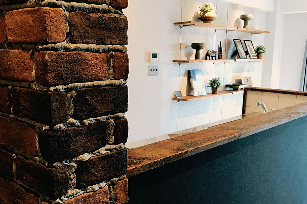 ブリックタイルやキッチン向かい側の黒板塗料壁など、素材感にこだわってチョイスしています。