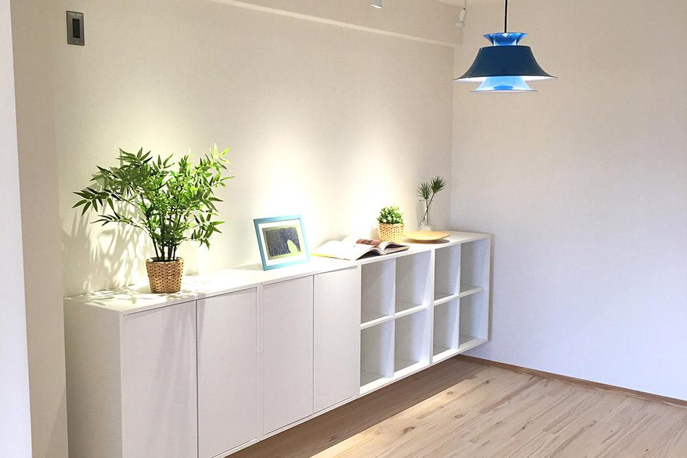 お部屋の雰囲気にぴったり合う造り付けの収納。見た目はすっきり、収納力はたっぷりです。