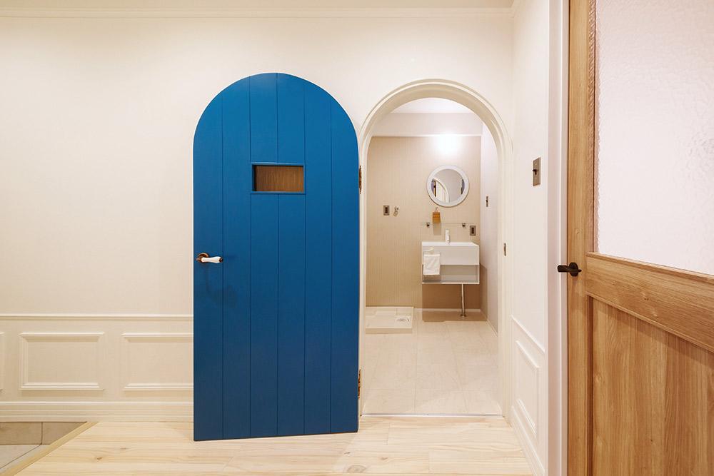 オリジナル製作の建具がアクセントの洗面所への入口。取っ手はイタリア製です。