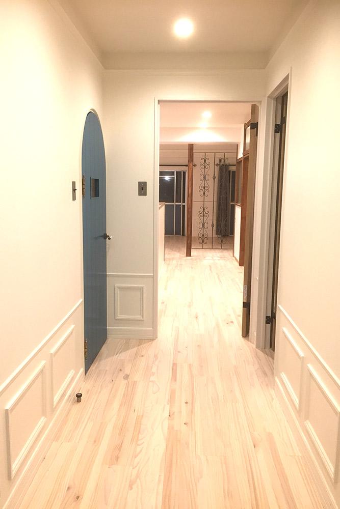 パイン無垢材の床と、ぽってり厚み塗装のモールディングが美しい玄関ホール。