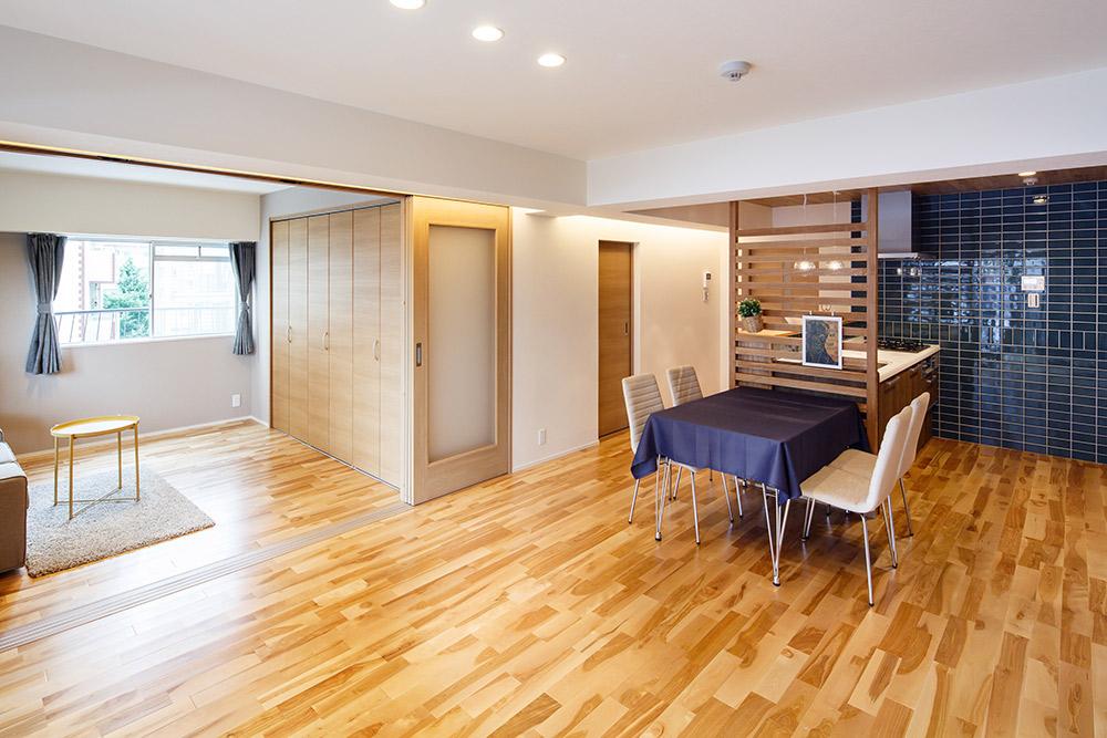 約21帖の大空間としても、3連引き戸を閉じて洋室として区分けしても使用できます。