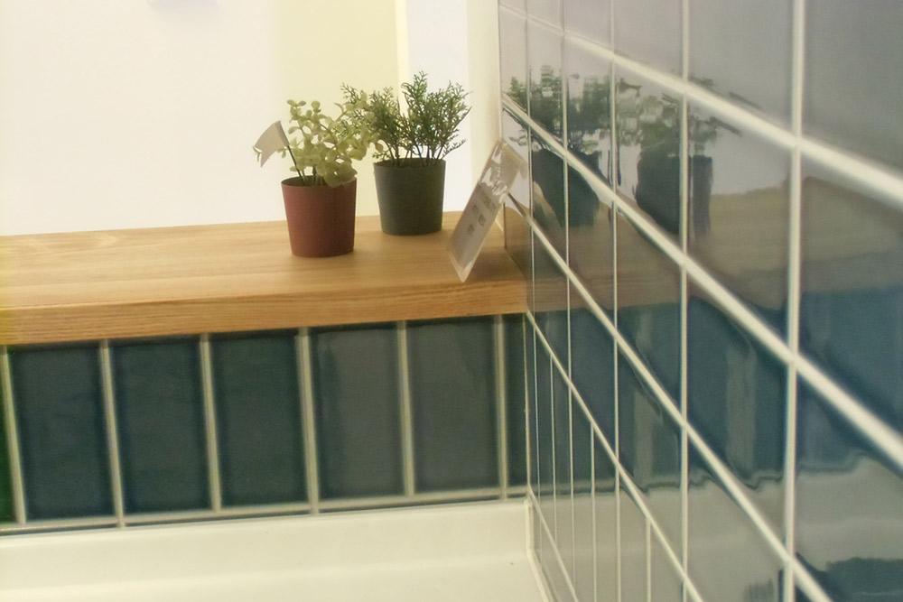 キッチンは上品な艶とクールなカラーのタイルを使っています。目地は防かび・防汚仕様です。