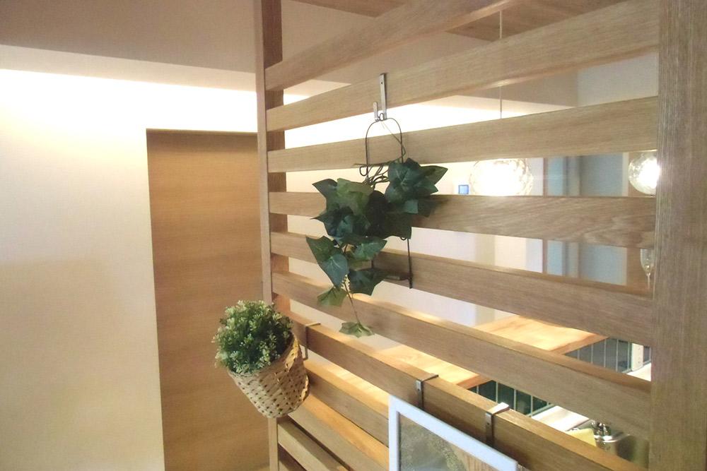空間のアクセントとなる木製パーテーション。お好みの飾りつけを楽しめます。