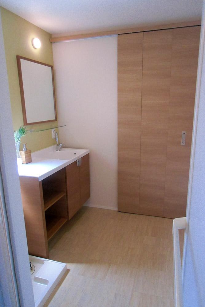 洗面所にも引き戸を用い、限られた空間を広く使えるように。