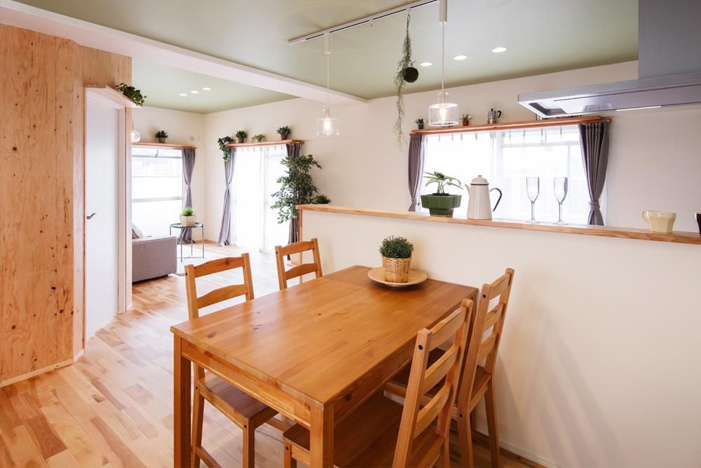 窓枠や扉上部に飾り棚を造り、グリーン等をふんだんに飾るスペースを設けました。