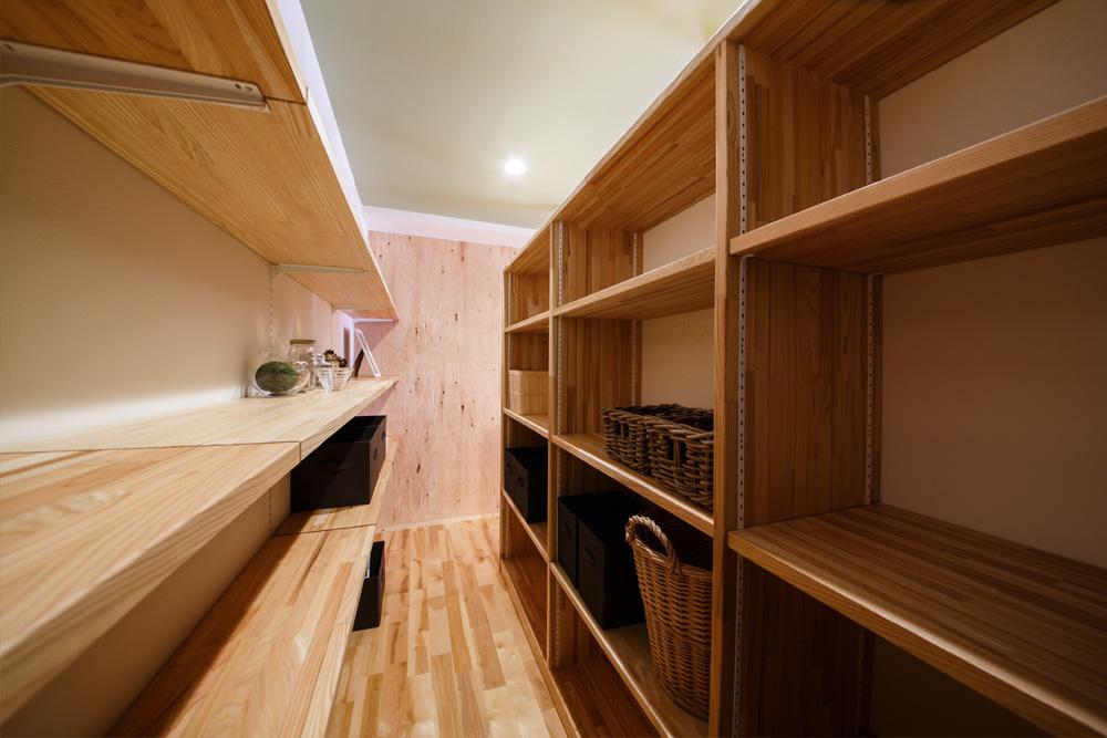ウォークインクローゼットの棚は集成材無垢板を使用。棚の高さは全て変えられます。