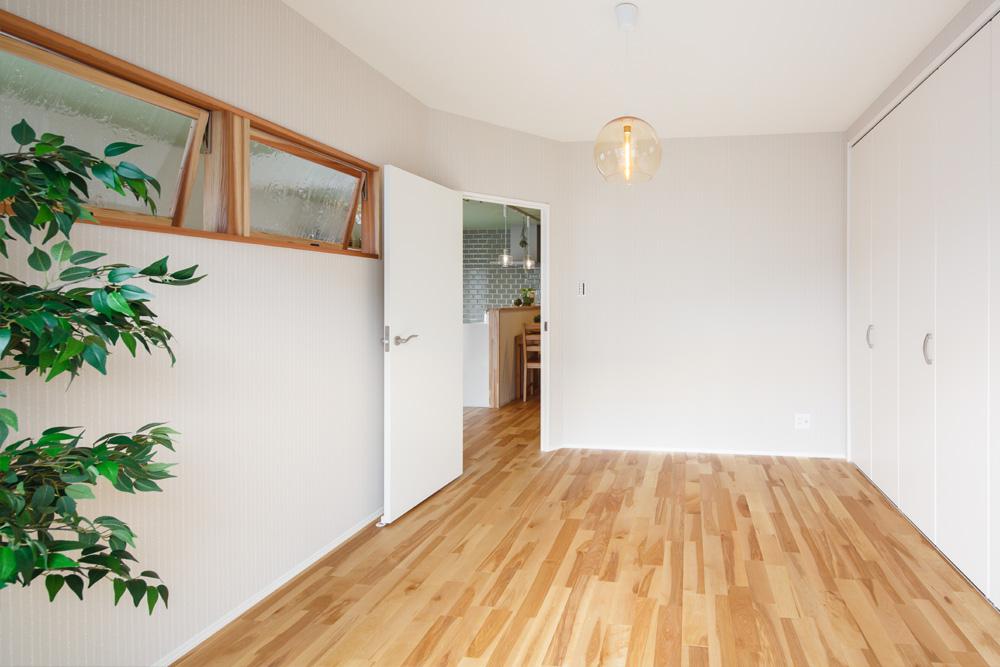 元和室を小窓がアクセントとなる洋室に。クローゼットも大容量です。