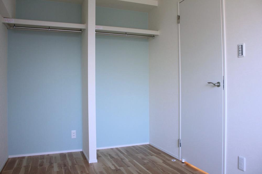 洋室1は収納エリアにあえて扉を付けず、下部に机を置く等使い勝手の自由度を残しています。扉新設可(別途費用)