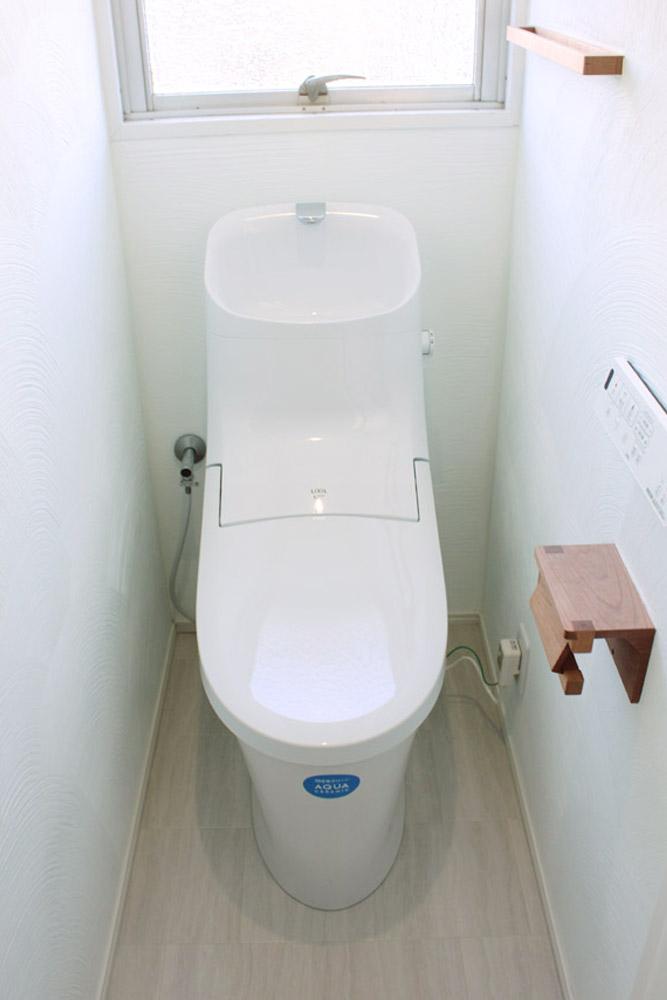 節水型の新しい便器に。また、壁は珪藻土塗装で、吸放湿・消臭に効果を発揮します。
