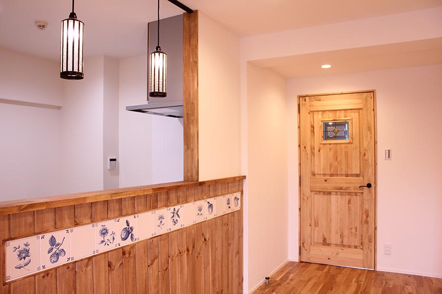 オーダーメイドのリビングドア。重厚な造りとステンドグラスでお部屋の雰囲気にアクセントを加えています。