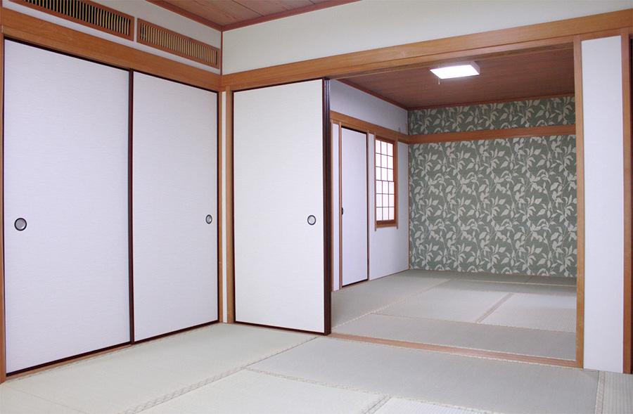 和室は畳替え、襖・クロスの貼り替えを行っています。畳縁をあえて畳表と近い色調にすることで、洋風の他室との調和を図っています。濃いグリーンのクロスが空間を引き締めるアクセントとなっています。
