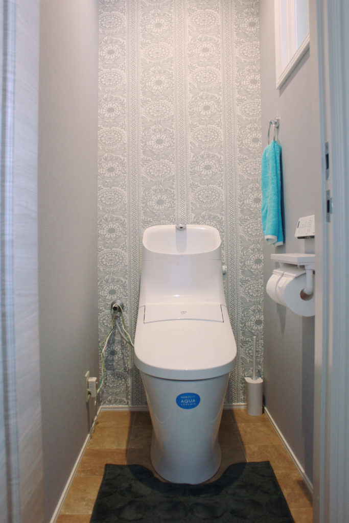 トイレは便器をシャワートイレ一体型の節水タイプのものに交換、床のCFシートと壁・天井クロスを貼り替えしています。落ち着いた中に上品な北欧テイストのクロスを選択しています。