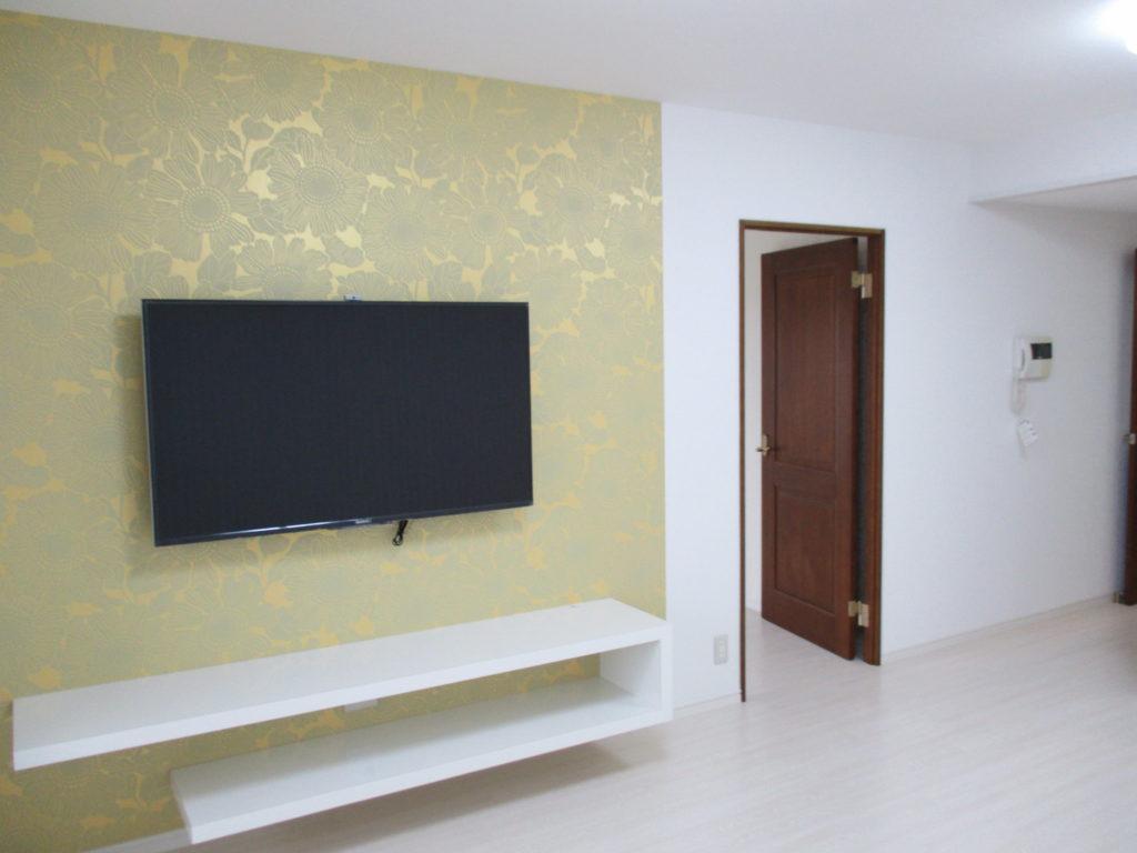 ラックは壁固定にし、TVは壁掛式で場所を取らず、お部屋全体がすっきりとした印象に変わりました。
