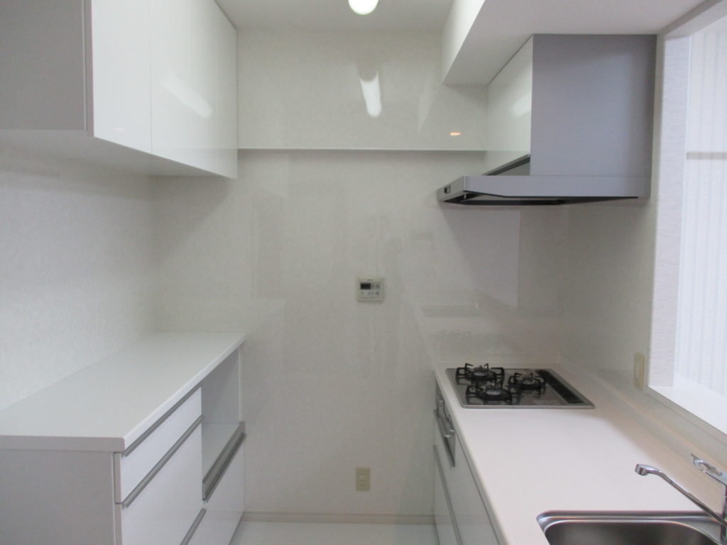 白で統一したキッチンは清潔感もあり、古い汚れなども一掃されました。また、現在の設備にすることで使い勝手がよくなりました。