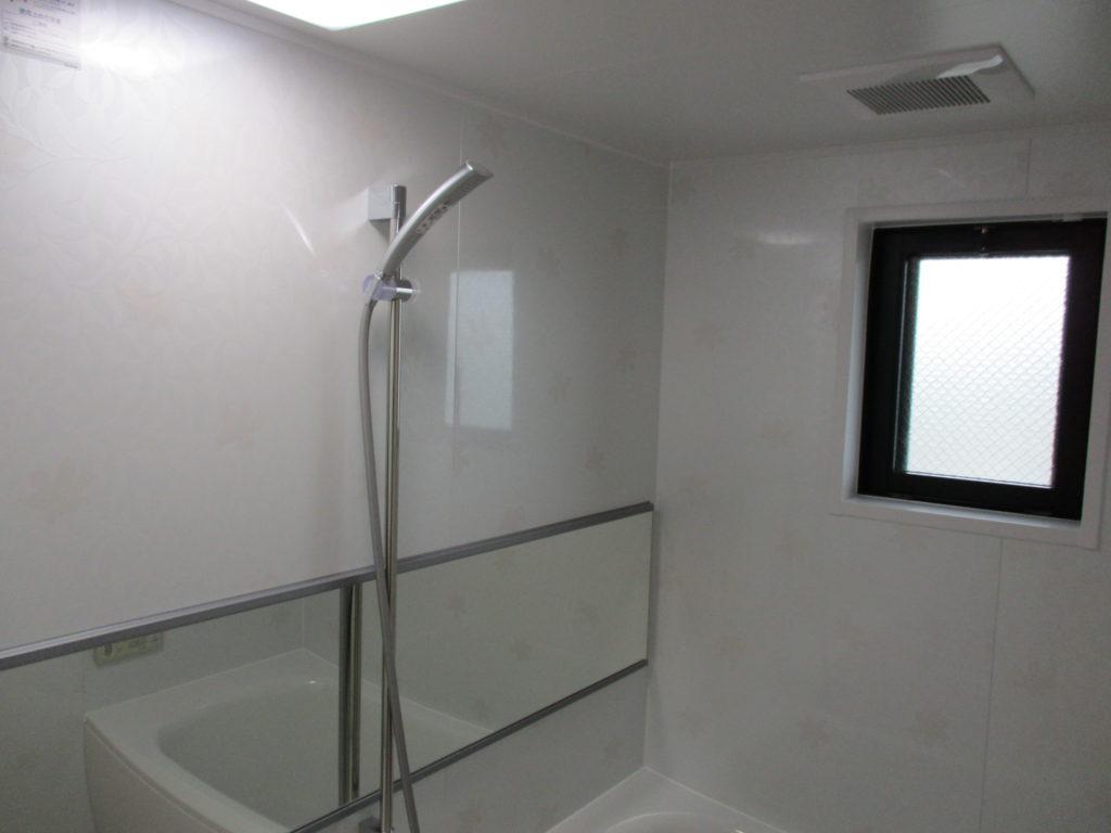 ユニットバスも取り替え、清潔感のあるパネルにし、幅いっぱいの横長鏡を設置しました。