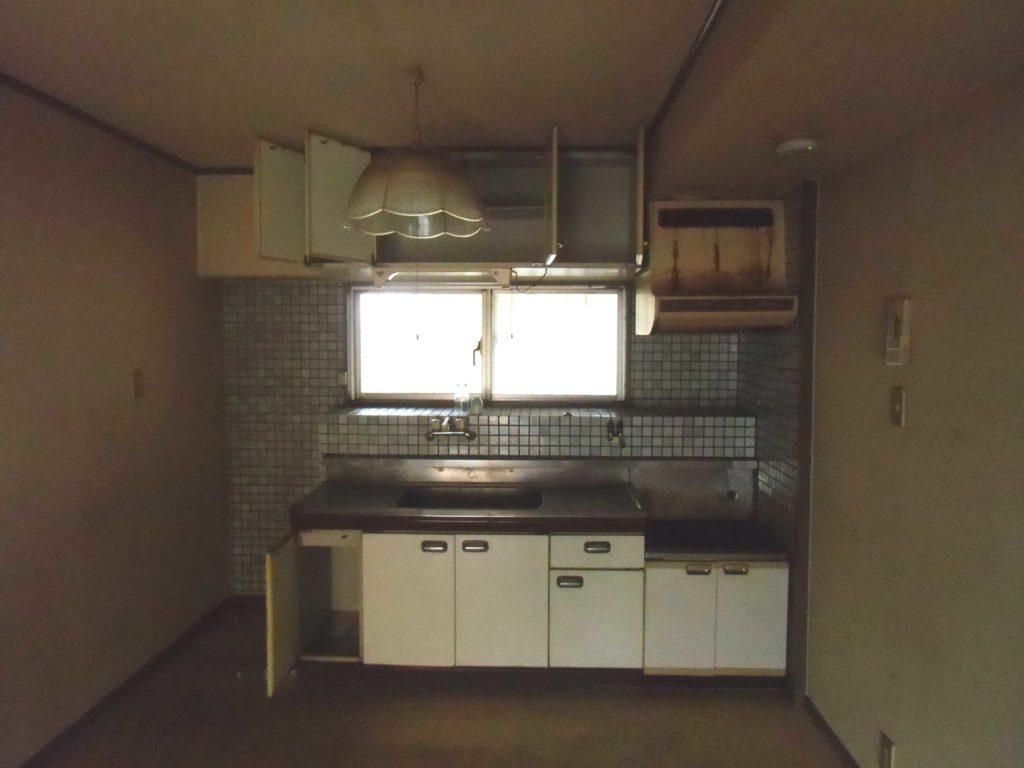 《before》単体キッチンにタイル張りで、お掃除もしづらく、汚れが残った状態でした。
