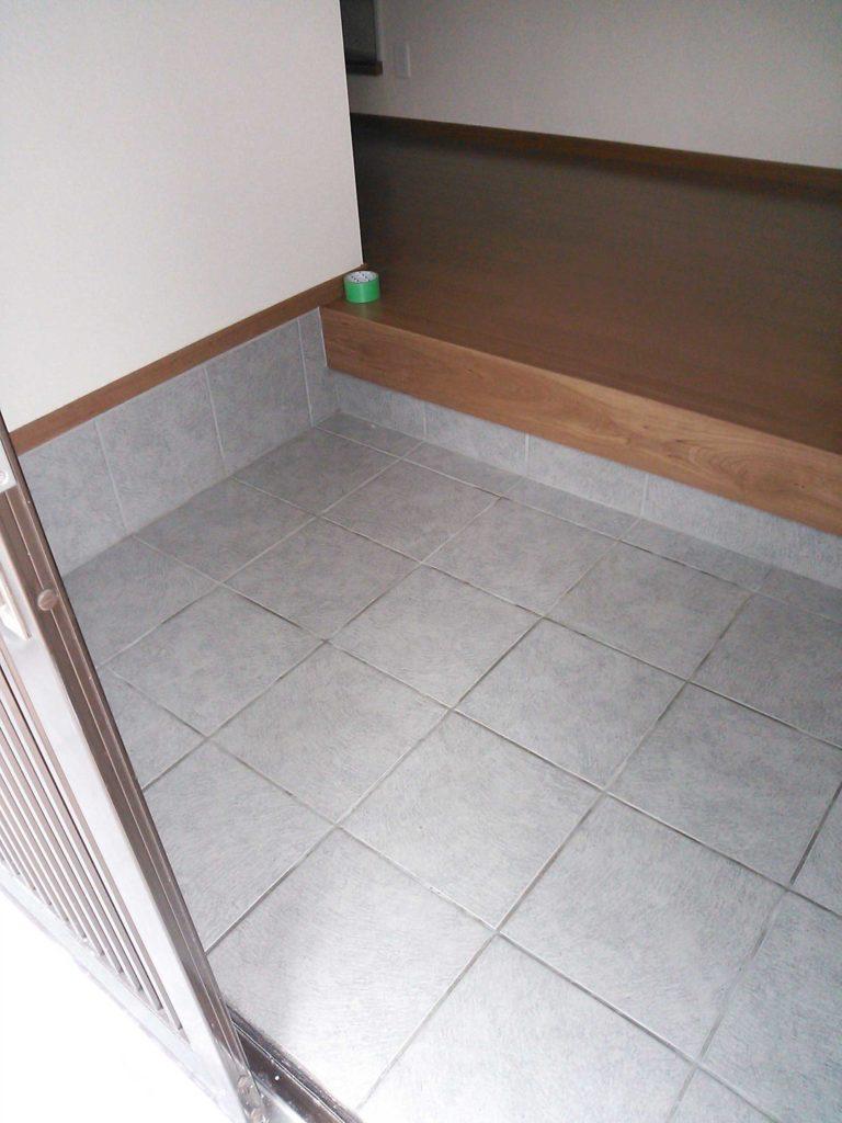 ひび割れた玄関を新しいタイルでシンプルに仕上げました。