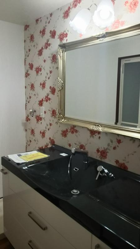 細かい打合せの上、パナソニック製洗面化粧台とお客様支給の鏡と照明を設置しました。