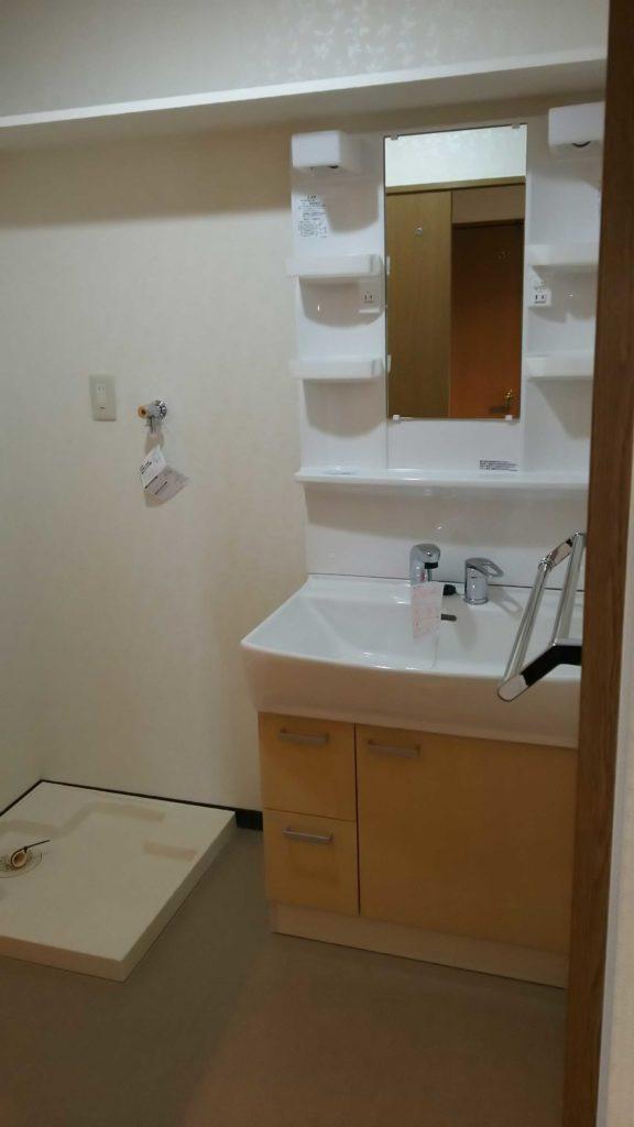 洗面室の扉もグレードアップし、洗面化粧台もお客様のお好みのものに取替え、明るい空間となりました。