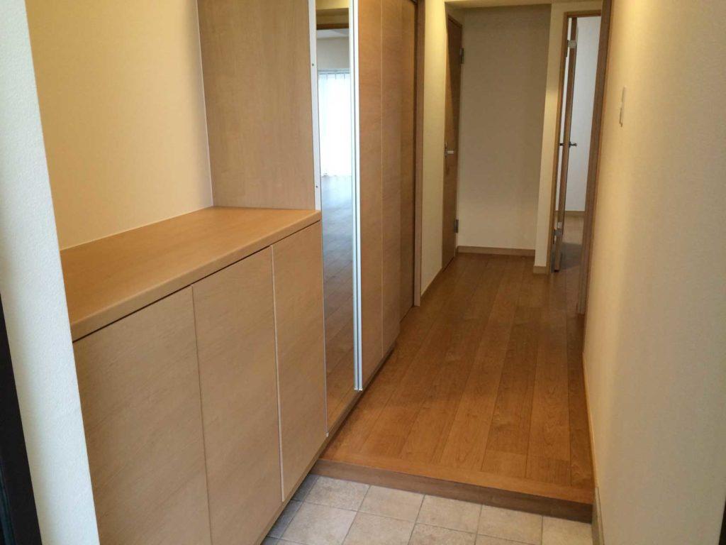 玄関収納も部屋扉と同素材を使い、土間タイルも張替え、明るい雰囲気になりました。
