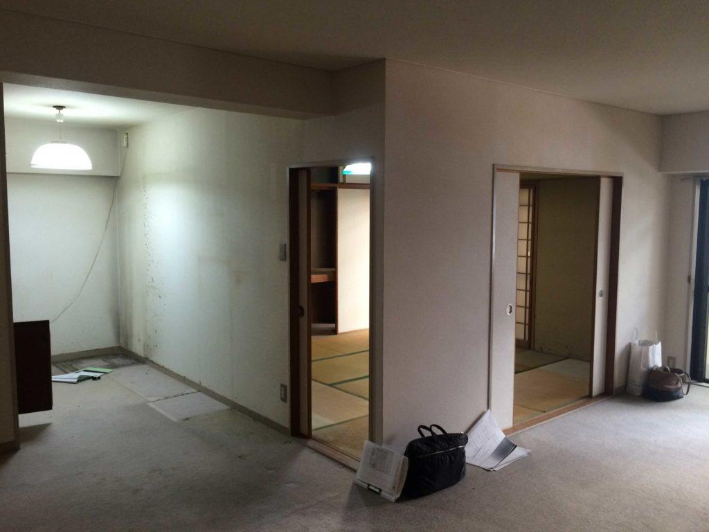 《before》和室の出入口の様子。暗く古い印象でした。