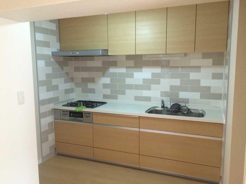 システムキッチンを取り替えて壁面に磁器タイルを張り、スタイリッシュな雰囲気に仕上げました。