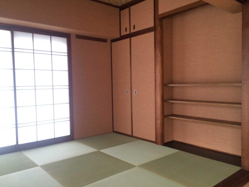 色味のある壁紙に替え・畳・襖・障子も張替えました。木部も塗装をし明るく落ち着いた雰囲気の部屋に仕上げました。