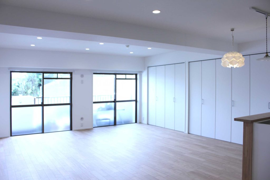 白を基調に和室2部屋+リビングを一つにし、広々なLDKにしました。