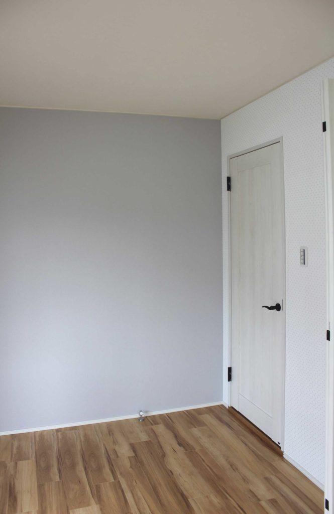 子ども部屋も飽きのこないグレイッシュなトーンの壁紙を貼りました。
