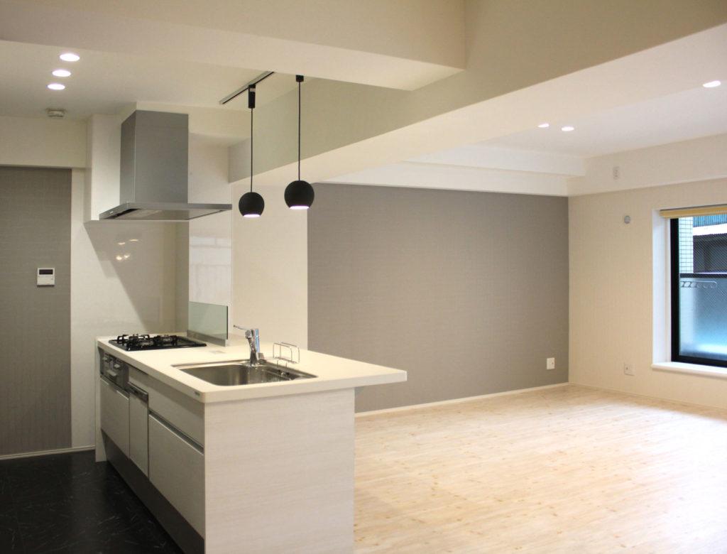 広々としたLDKに対面型のキッチンを設置。グレーのアクセントクロスが上質で落ち着いた空間に。